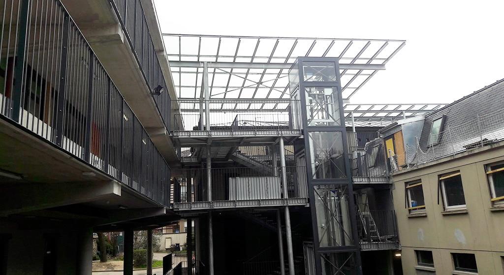 OGEC Colombes: 360 ml de coursives devant bâtiment existant avec passerelles reliant plusieurs bâtiments. Surdimensionnement au feu SF1/2h avec platelage en bac collaborant.