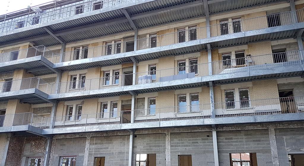 Résidence Marins Le Havre: 416 ml de coursives métalliques avec platelage en bac collaborant et surdimensionnement au feu SF1/2h. Du RDC au R+5. Pose rapporté contre façade existante