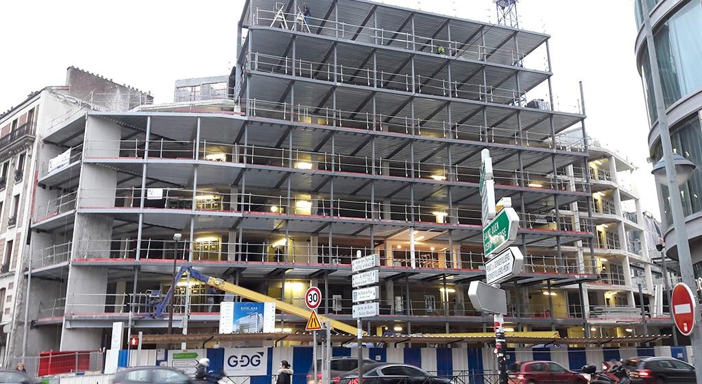 Immeuble de bureau GATEONE porte de Clichy: Charpente métallique contre bâtiment existant avec forte contrainte d'épaisseur de plancher: 400tonnes, 6500m² de bac collaborant